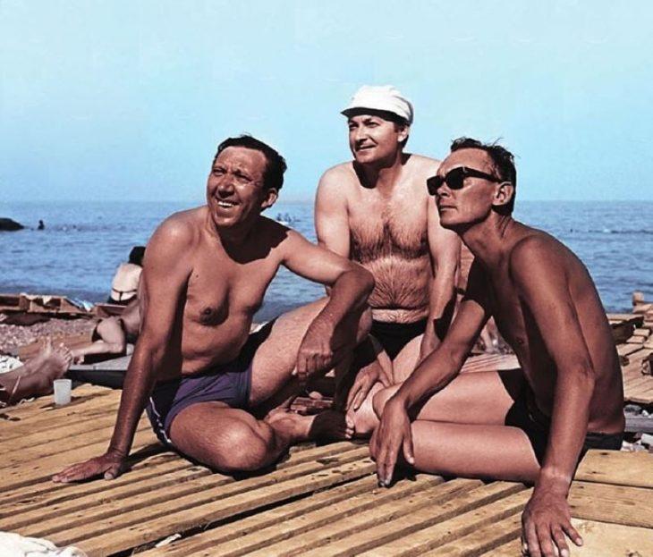 sovetskiye aktrisy znamenitosti na plyazhe Yuriy Nikulin, Georgiy Vitsin i Leonid Gayday