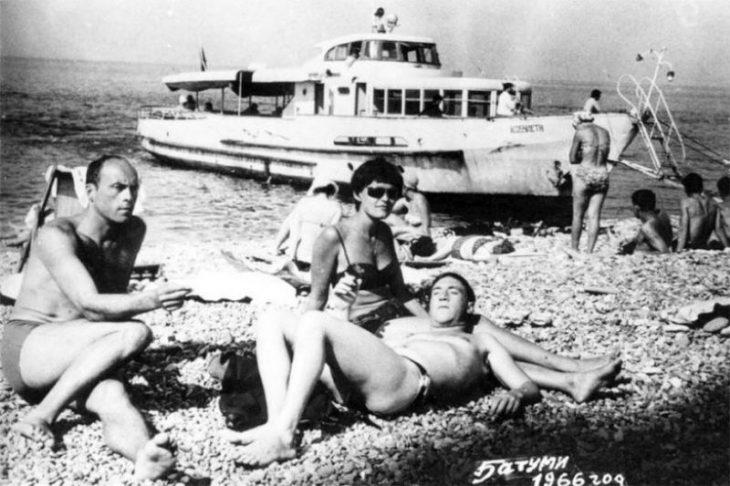sovetskiye aktrisy znamenitosti na plyazhe Vladimir Vysotskiy, Stanislav Govorukhin i Irina Shalayeva